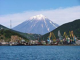 File:Petropavlovsk Kamcatskij Volcan Koriacky in background.jpg