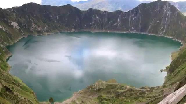 File:Volcan Quilotoa Ecuador Caldera.png