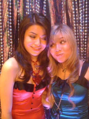 File:296px-Carly & Sam(iCarly Awards).jpg