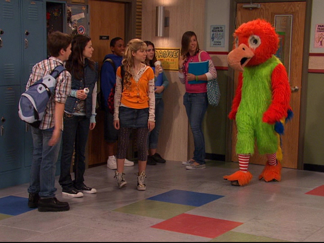 File:ICarly 1-15; Mrs Gatlin in the Chicken Suit.png