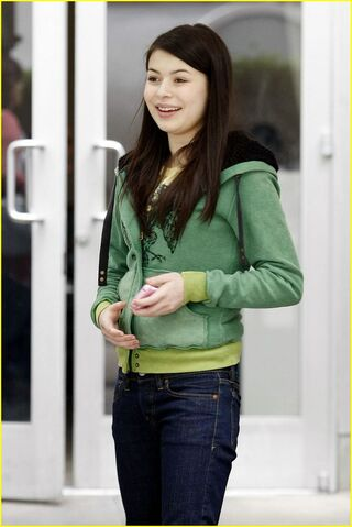 File:Miranda-cosgrove-hungry-cat-04.jpg