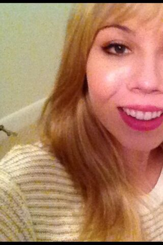 File:Jennette's 0.7 pic in honor of 2.7 mil on Twitter.jpg