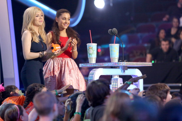 File:Jennette and Ariana getting on stage at KCAs 2013.jpg