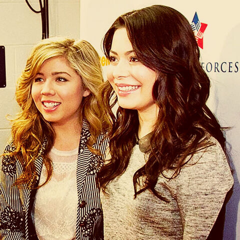 File:Miranda Cosgrove and Jennette McCurdy at the Kennedy Space Center.jpg