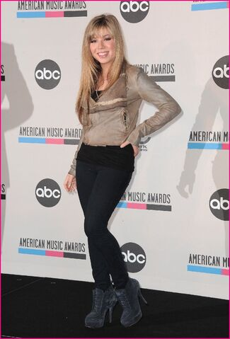 File:Jennette-McCurdy-2010-AMA-Nominations-Lovely-07.jpg