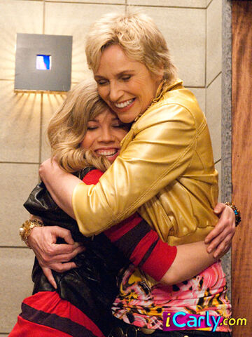 File:Sam and pam hugging.jpg