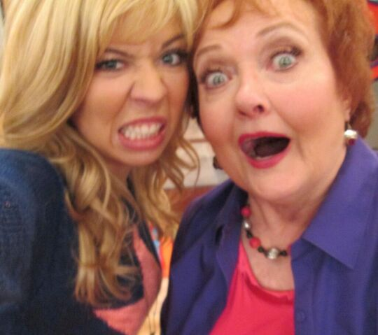 File:Jennette and Maree funny faces.jpg