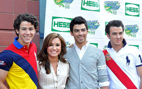 File:Nick Jonas, Demi Lovato, Joe Jonas and Kevin Jonas.jpg