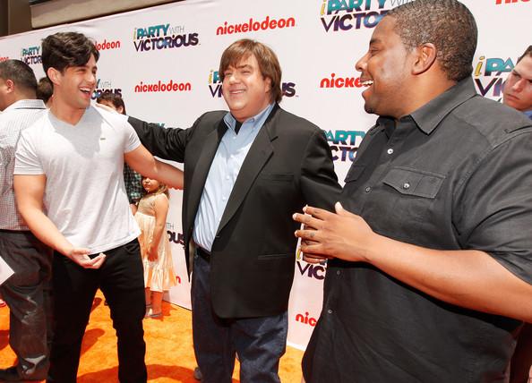 File:Dan+Schneider+Nickelodeon+iParty+Victorious+U6dPnkxzoiDl.jpg