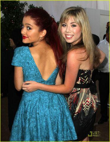 File:Ariana-grande-jennette-mccurdy-angel-awards-03.jpg