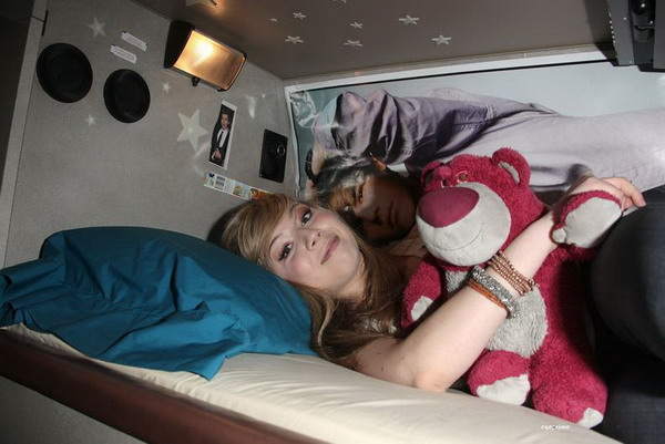File:Jennette - Chillin in Bed.jpg