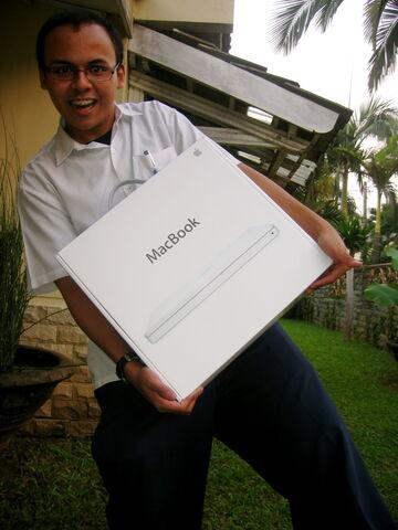 Berkas:Macbook unpacking1.jpg