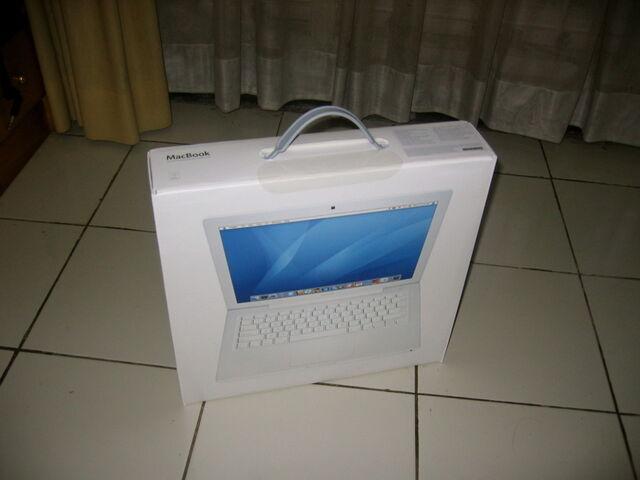 Berkas:Macbook unpacking2.jpg