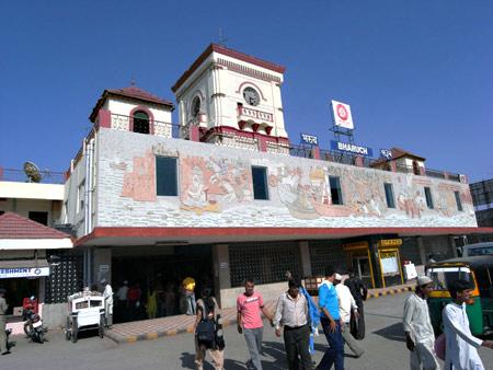 File:Bahnhof bharuch.jpg
