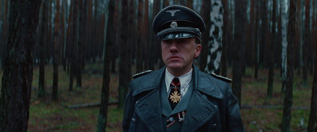 File:Hans Landa looks at Aldo Raine scared.jpg