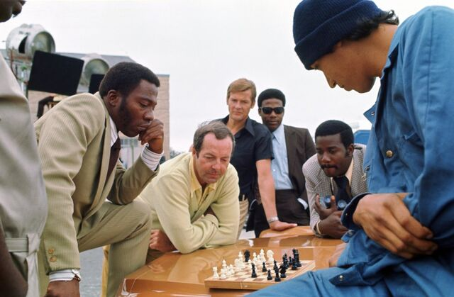 File:Live-and-let-die-1973-002-guy-hamilton-chess-game-00o-0ln.jpg