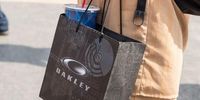 File:Oakley-gift-bag.jpg