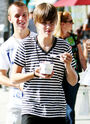 Justin eating frozen yogurt with Ryan in LA