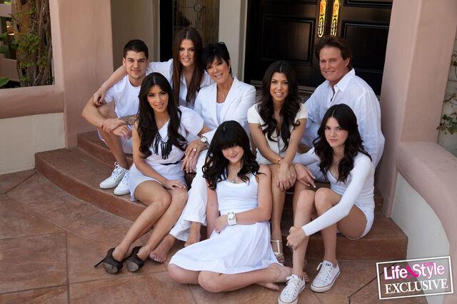File:Kardashian-family-1040js042009.jpeg
