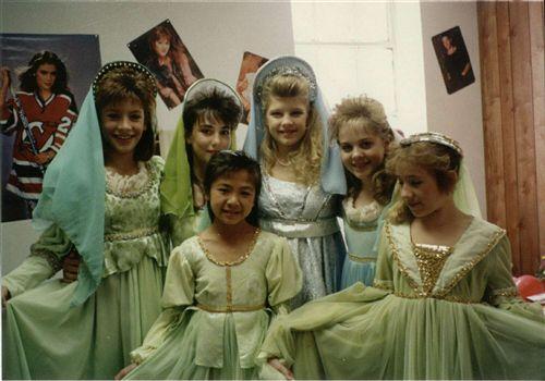 File:1988 ensemble cast on set 6 from kidsincdotus.jpg