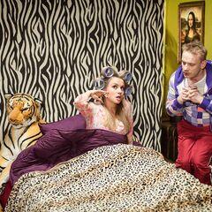 Waldek i Jolanta w sypialni (ściana obok posiada obraz Mona Lisy). Scena z odcinka Sceny z życia małżeńskiego.