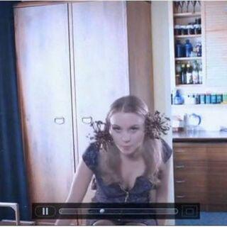 Jolanta przed swoim videoblogiem w odcinku Samotność w sieci. W tle widok na kuchnię.
