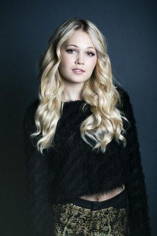 File:Kelli-berglund-photoshoot-for-thrifty-hunter-magazine-fall-2014 1.jpg