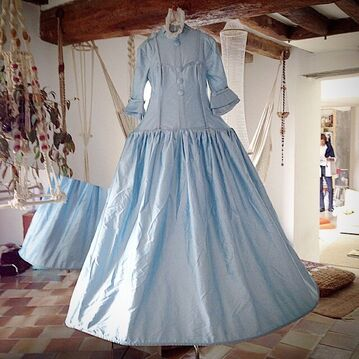File:Fade Olivier - Bobin blue gown.jpg