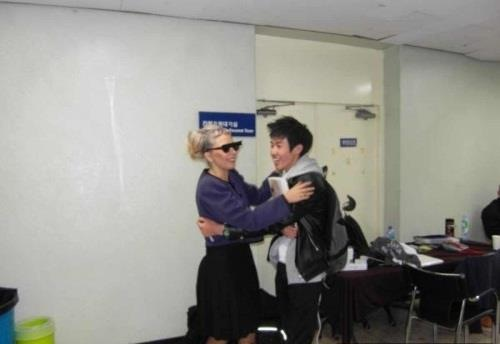File:04-27-12 South Korea Backstage meet and greet 001.png