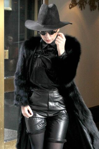 File:2-20-14 Leaving her apartment in NYC 002.jpg