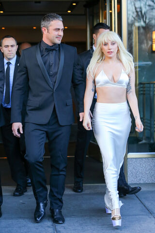 File:12-11-15 Leaving her apartment in NYC 001.jpg