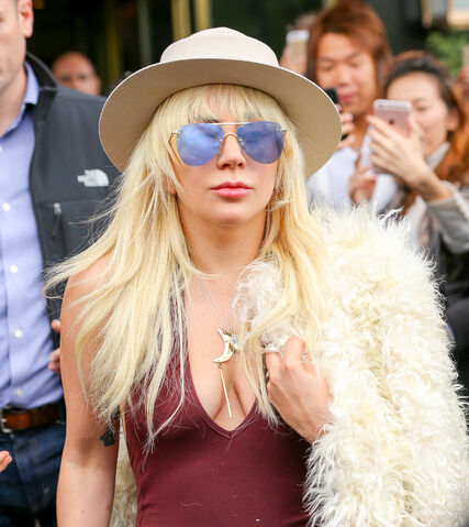 File:5-7-16 Leaving her apartment in NYC 003.jpg