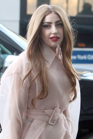 File:4-2-14 Arriving at her apartment in NYC 002.jpg