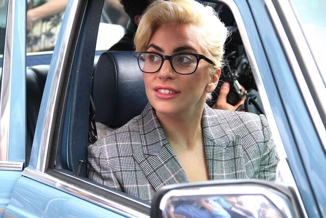File:8-4-16 Leaving her apartment in NYC 003.jpg