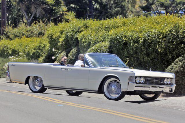 File:5-19-15 Arriving at her mansion in Malibu 001.jpg