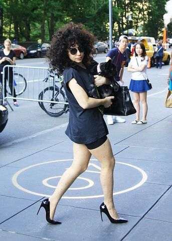 File:6-22-14 Arriving at her apartment in NYC 001.jpg