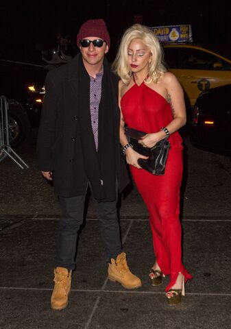 File:12-21-14 Leaving her apartment in NYC 001.jpg