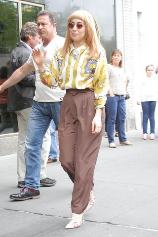 File:5-14-14 Leaving her apartment in NYC 001.jpg