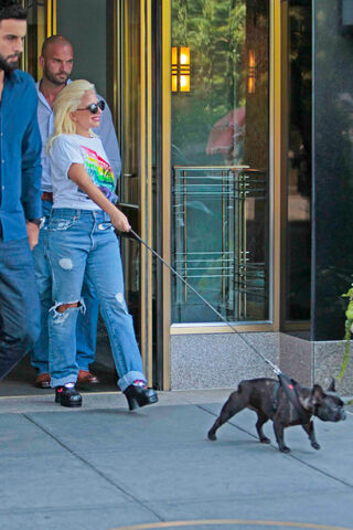 File:6-26-15 Leaving her apartment in NYC 001.JPG