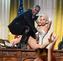 Do What U Want (feat. R. Kelly) AMAs 2013 (9)