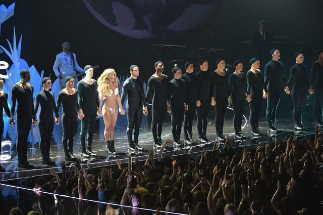 File:8-25-13 VMA Performance 015.jpg