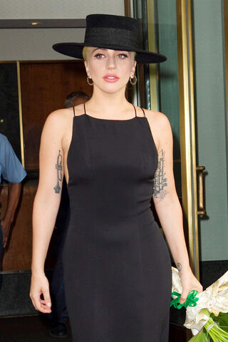 File:8-3-16 Leaving her apartment in NYC 002.jpg
