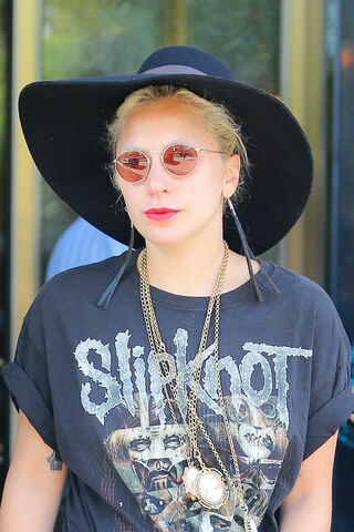 File:9-14-15 Leaving her apartment in NYC 003.jpg