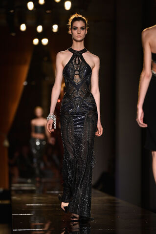 File:Atelier Versace - Haute Couture Fall 2013 Collection 004.jpg