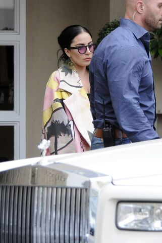 File:5-6-15 Leaving Epione Cosmetic Laser Center in Beverly Hills 001.jpg
