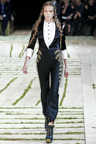 File:Alexander McQueen - Spring-Summer 2011 RTW Collection 002.jpg