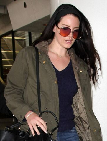 File:Lana-del-rey-at-lax-airport-january-2016-4.jpg