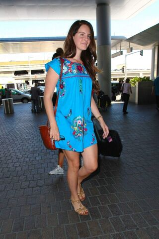 File:Lana-del-rey-at-lax-airport-august-2014 3.jpg
