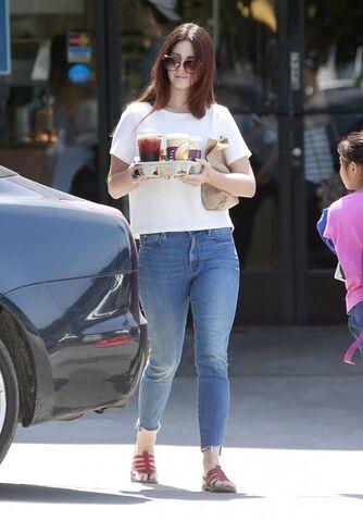 File:Lana+Del+Rey+Stops+Western+Bagel+Jmne0Rv47dSl.jpg