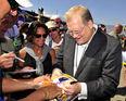 Drew carey signs autographs